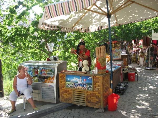 Летняя продажа прохладительных напитков и мороженого